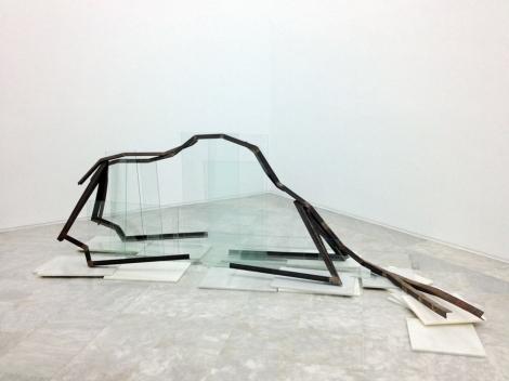 La herida alpina, escultura de hierro, cristal y marmol. Foto: Ars Operandi