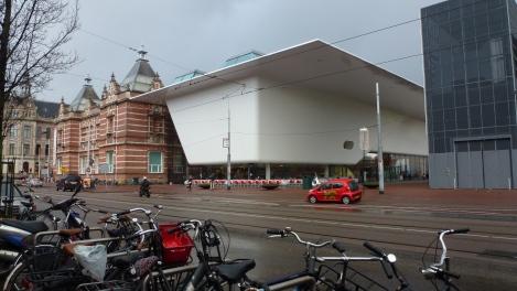 Vista exterior del Stedelijk Museum de Amsterdam. Foto: Camilayelarte