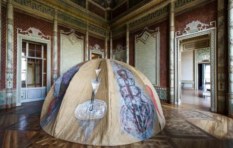 Mario Merz, Tenda di Gheddafi,  Oltre il muro, 2013. Castello di Rivoli. Foto: via Castello di Rivoli