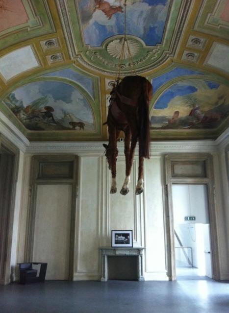 Maurizio Cattelan y Helmut Newton, Oltre il muro, 2013. Castello di Rivoli. Foto: via Espoarte