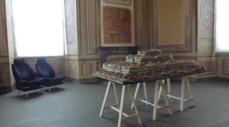 """Vista de las sillas """"convocadas"""" por Marzia Migliora, Viaggio intorno alla mia camera, Oltre il muro, 2013. Castello di Rivoli. Foto: Camilayelarte"""