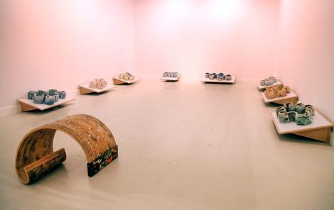 """Vista de una sala del CAC Málaga con la obra de Richard Deacon. Al fondo la serie """"GAP 1-8"""". Foto: Cortesía CAC"""