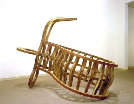 Fish out of water (1987), puede ser un buen ejemplo del tipo de escultura que otorgó reconocimiento internacional a Deacon.