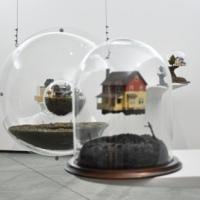 Arte emergente y casitas en miniatura