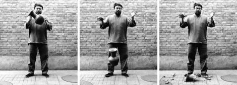 Dropping a Han Dynasty Urn, 1995. Tríptico fotográfico, cortesía de Yvorypress