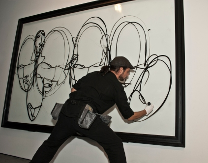 """Suso33 durante la acción """"Automatismos"""" en la inauguración de la """"Absolut Art Collection"""" en la galería 28012."""