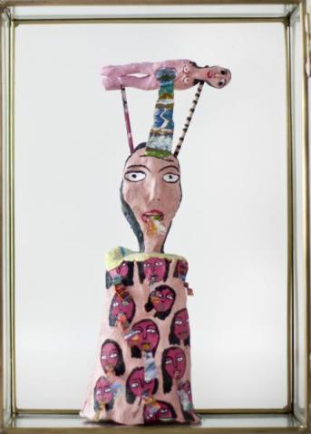 María Bueno, Mi hermana Eva, 2012. Barro sin cocer, papel, acrílico y bolígrafo en urna de cristal, 24,5 x 8,5 x 5 cm. Cortesía Galería Rafael Pérez Hernando, Madrid.